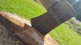 Hacha en madera fotos de archivo