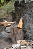 Hacha en madera del corte de la acción Foto de archivo libre de regalías