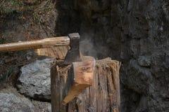 Hacha en madera del corte de la acción Imágenes de archivo libres de regalías