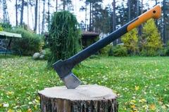 Hacha en tocón Hacha lista para cortar la madera Herramienta de la carpintería Hacha del leñador en la madera que taja la madera  imagen de archivo