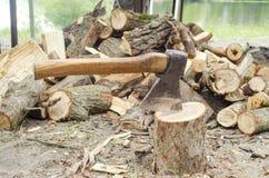 Hacha en tocón Hacha lista para cortar la madera Herramienta de la carpintería Hacha del leñador en la madera, tajando la madera  fotos de archivo libres de regalías