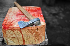 Hacha en un hogger sangriento de madera Fotografía de archivo