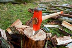 Hacha en un registro de madera Imagen de archivo