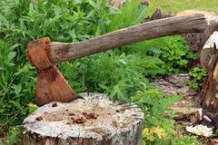 Hacha en un tocón de árbol Fotografía de archivo libre de regalías