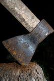 Hacha oxidada en trozo Foto de archivo