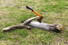 Hacha pegada en el tronco de árbol Foto de archivo libre de regalías