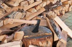 Hacha sobre pila de fondo de madera Imagenes de archivo