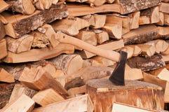 Hacha sobre pila de fondo de madera Imagen de archivo libre de regalías