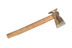 Hacha usada con la manija de madera aislada en el fondo blanco Imagenes de archivo