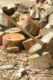 Hacha y madera Imagen de archivo libre de regalías