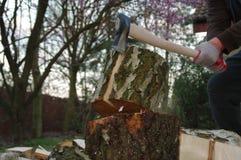 Hachage du bois avec la hache photos stock