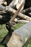 Hachage du bois de chauffage de l'hiver photos libres de droits