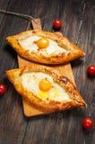 Hachapuri Adjara Schönes offenes Torten khachapuri mit Ei auf hölzernem Stockbild