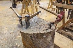 Hachas en la tabla de cortar de madera imagen de archivo