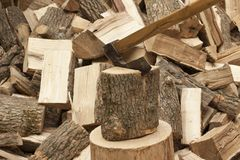Hache avec le bois de chauffage Image libre de droits