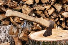 Hache coincée dans un grand bois de construction photos stock