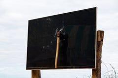 Hache dans la TV Le concept de la haine de la télévision, la technologie et les expositions et les nouvelles d'entretien modernes images stock
