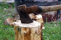 Hache dans le rondin en bois Photographie stock