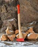 Hache devant la pile de bois de chauffage photos stock