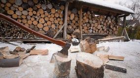 Hache du ` s de bûcheron sur le fond en bois banque de vidéos
