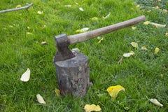Hache en acier avec une poignée en bois Image libre de droits