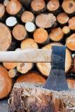 Hache et bois de chauffage en acier photographie stock