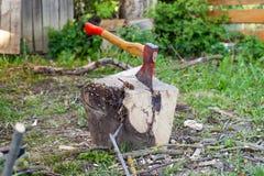 Hache pour la côtelette de bois de chauffage Image stock