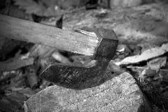 Hache sur le vieux tronçon photographie stock libre de droits