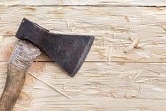 Hache sur un fond en bois Photo stock