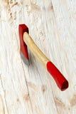 Hache sur un fond en bois Image libre de droits