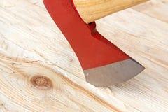 Hache sur un fond en bois Photos libres de droits