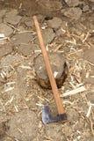 Hache utilisée pour dédoubler le rondin en bois Photo stock