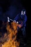 Hache utilisant le fou par un incendie Images libres de droits