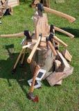 Haches et cognées de main dans le tronçon de bois dur Images libres de droits