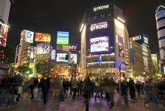 Shibuya die bij nacht Tokyo Japan kruisen Stock Fotografie
