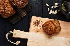 Hachoir et divers pain croustillant de blé entier sur le noir courtiser images stock