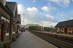 Hacia arriba y hacia abajo la sala de la plataforma, de la estación y de espera en la estación Settle establece - el ferrocarril  fotografía de archivo