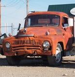 Hacia fuera aherrumbrado camión internacional antiguo Imagenes de archivo
