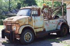 Hacia fuera aherrumbrado camión temprano de Ford Tow de los años 40 Imágenes de archivo libres de regalías