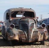 Hacia fuera aherrumbrado coche antiguo Foto de archivo libre de regalías