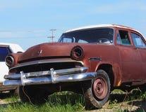 Hacia fuera aherrumbrado coche antiguo Imágenes de archivo libres de regalías
