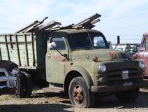 Hacia fuera aherrumbrado Dodge verde tres Ton Truck Fotos de archivo libres de regalías