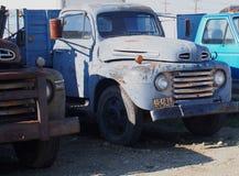 Hacia fuera aherrumbrados camiones antiguos Fotografía de archivo libre de regalías