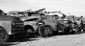 Hacia fuera aherrumbrados coches antiguos Imágenes de archivo libres de regalías