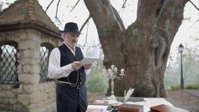 Hacia fuera alabanza leída poema en jardín hermoso almacen de metraje de vídeo