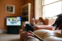 Hacia fuera borrosa imagen de una mujer que se relaja en una mirada del salón imágenes de archivo libres de regalías