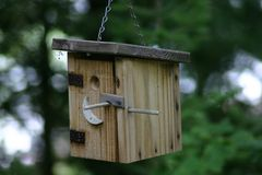 Hacia fuera casa del pájaro de la casa foto de archivo