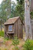 Hacia fuera casa en bosque escénico foto de archivo