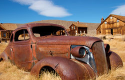 Hacia fuera cupé abandonado, aherrumbrado Bodie, California Foto de archivo