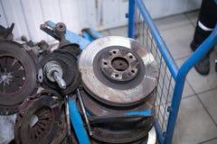 Hacia fuera discos oxidados gastados del freno y otras piezas imagen de archivo libre de regalías